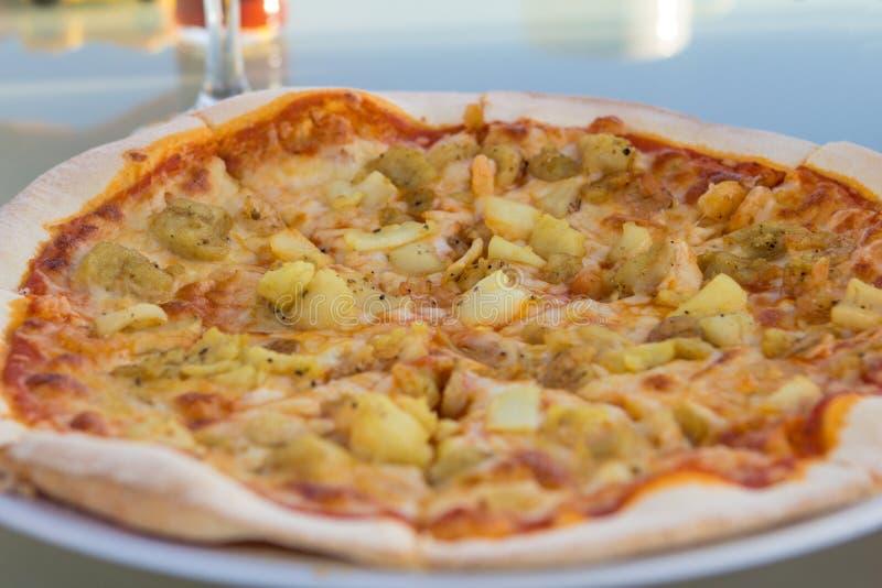 Ganze Pizza mit Garnelen auf einer Platte lizenzfreie stockfotos