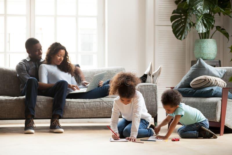 Ganze schwarze Familie, die zusammen Freizeit verbringt lizenzfreie stockfotos