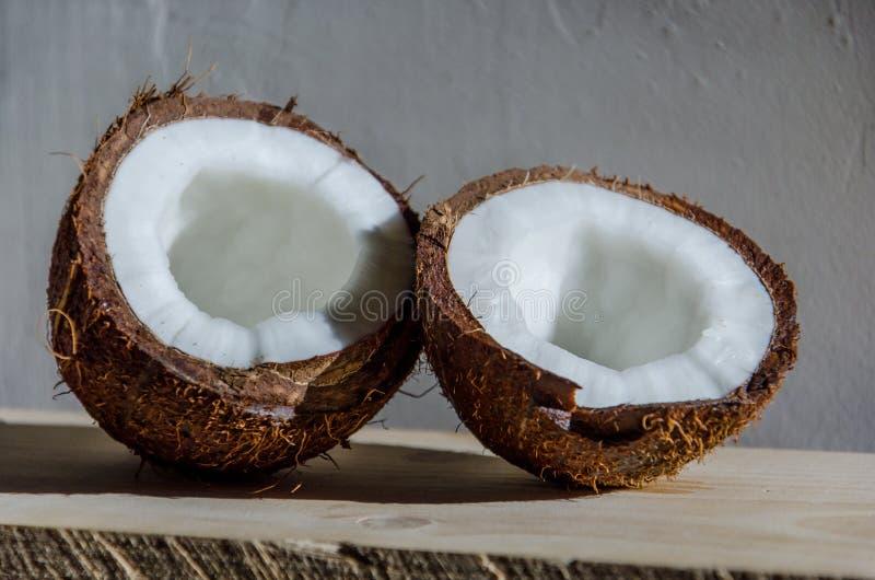 Ganze und unterbrochene Kokosnuss auf Weiß lizenzfreies stockfoto
