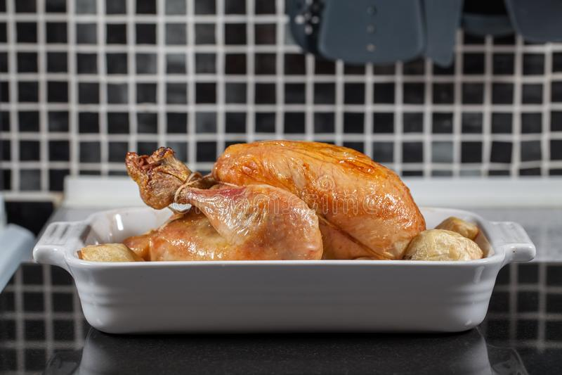 Ganzer heißer Ofen gekochtes Brathähnchen Vorbereitete Sonntags-Abendessenmahlzeit lizenzfreies stockbild