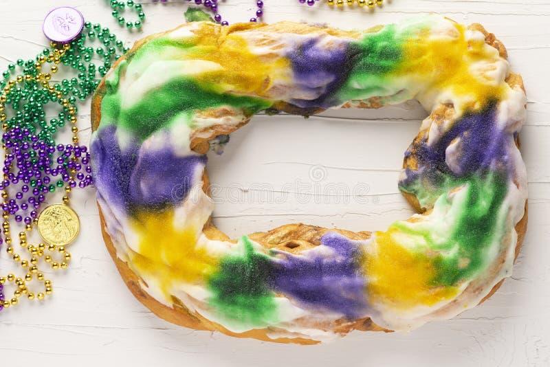 Ganzer König Cake mit Mardi Gras Beads stockbild