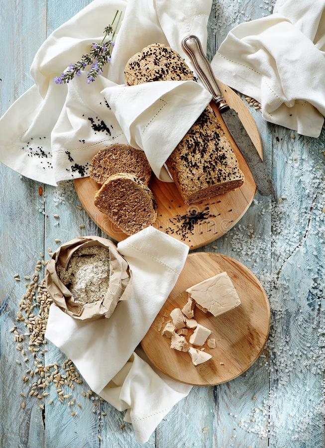 Ganzer Kornweizenbrotlaib mit verschiedenen Samen stockbild