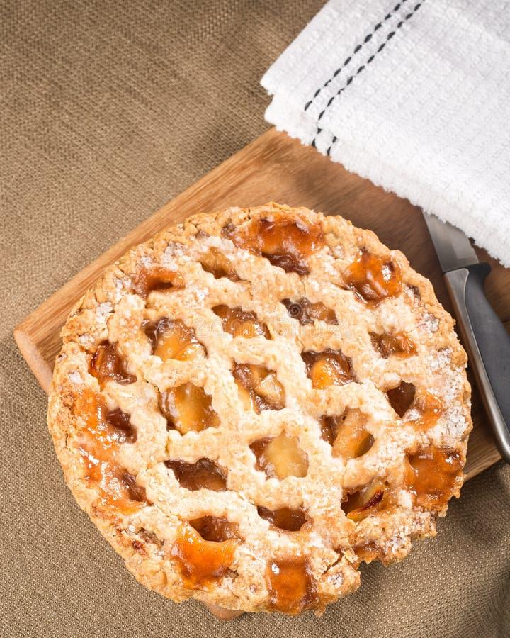 Ganzer rustikaler Apfelkuchen gezeigt von oben stockfoto
