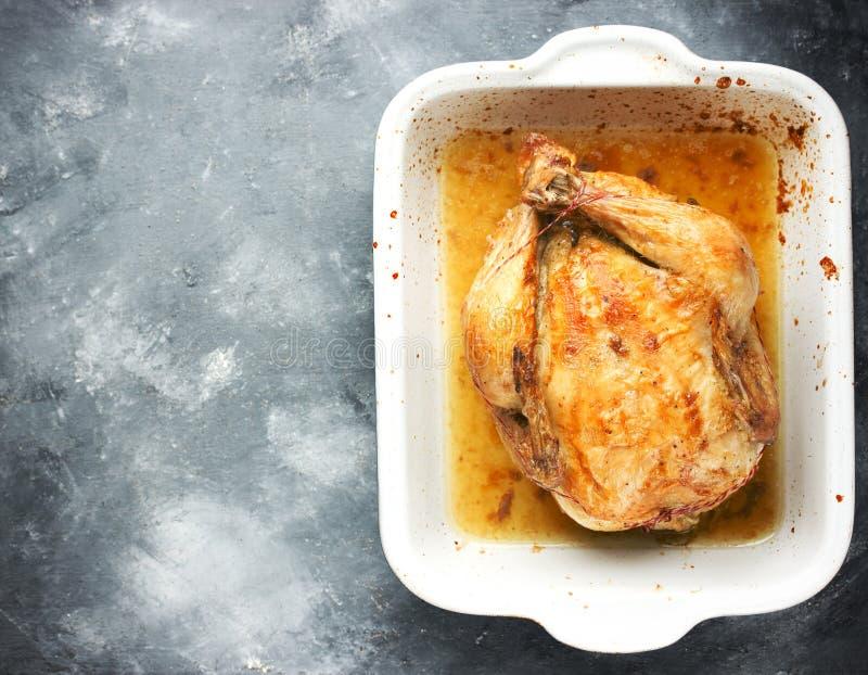 Ganzes backte saftiges Huhn mit goldener knusperiger Haut Gebratenes Küken lizenzfreie stockbilder