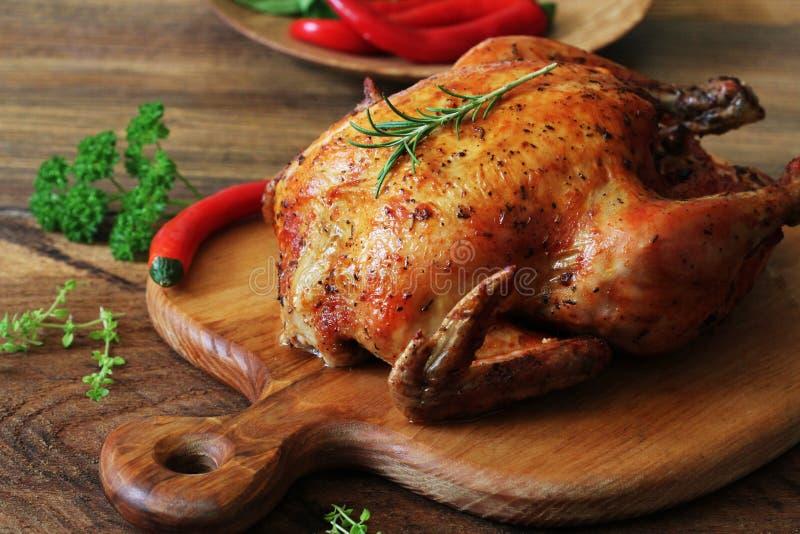 Ganzes gebratenes Huhn auf Schneidebrett lizenzfreie stockbilder