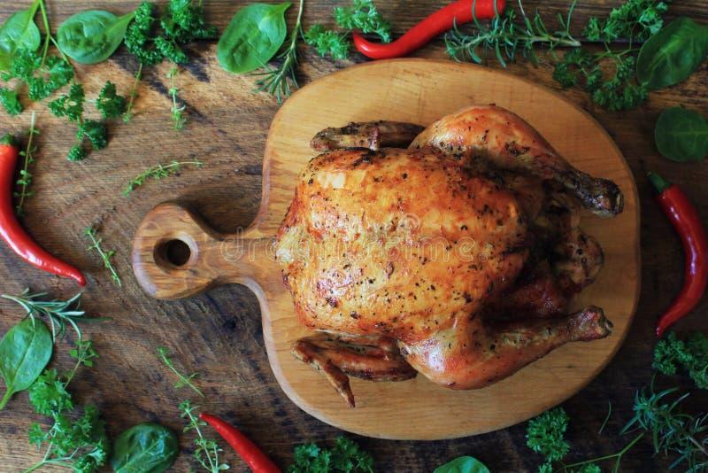 Ganzes gebratenes Huhn auf Schneidebrett Beschneidungspfad eingeschlossen lizenzfreies stockfoto