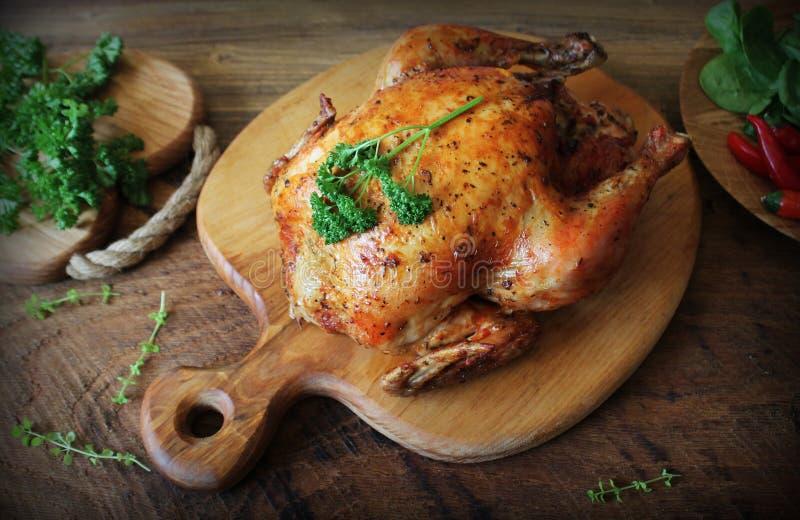 Ganzes gebratenes Huhn auf Schneidebrett Beschneidungspfad eingeschlossen lizenzfreies stockbild