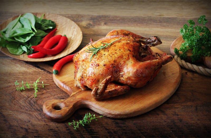 Ganzes gebratenes Huhn auf Schneidebrett Homogene Struktur lizenzfreie stockfotografie