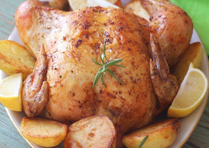 Ganzes gebratenes Huhn mit Kartoffeln und Zitrone stockfotos