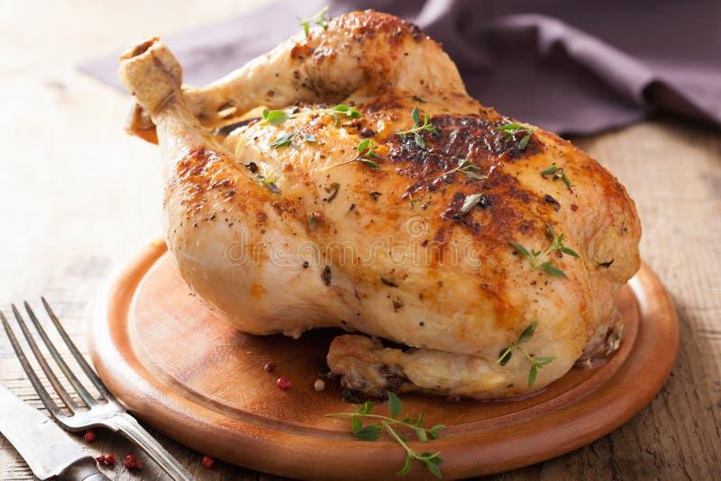 Ganzes gebratenes Huhn mit Pfeffer und Thymian stockbilder