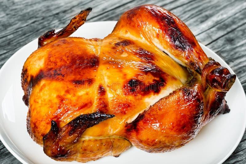 Ganzes Huhn gebraten im Ofen auf weißer Platte stockbilder