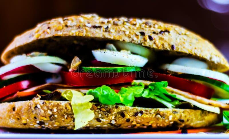 Ganzes Kornsandwich mit dem Schinken, Tomate, Pilzen und Ei, frisch lizenzfreie stockfotografie