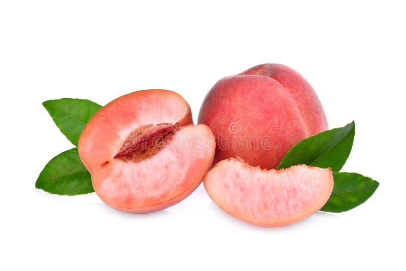 Ganzes und Hälfte des Pfirsiches mit den Grünblättern lokalisiert lizenzfreies stockbild