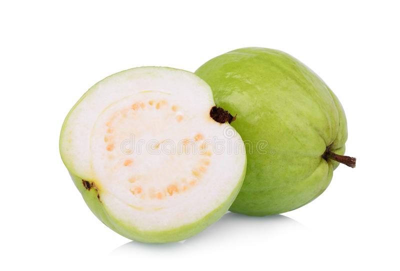 Ganzes und halbe Guajava-Frucht lokalisiert auf Weiß lizenzfreie stockfotos