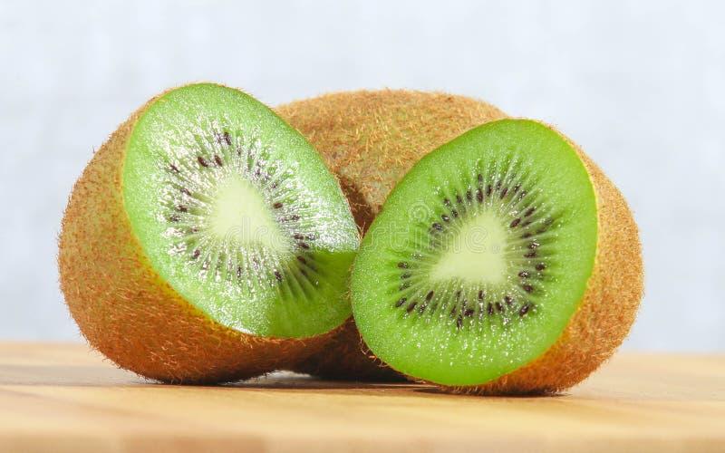 Ganzes und halbe Kiwi-Frucht lizenzfreie stockfotos