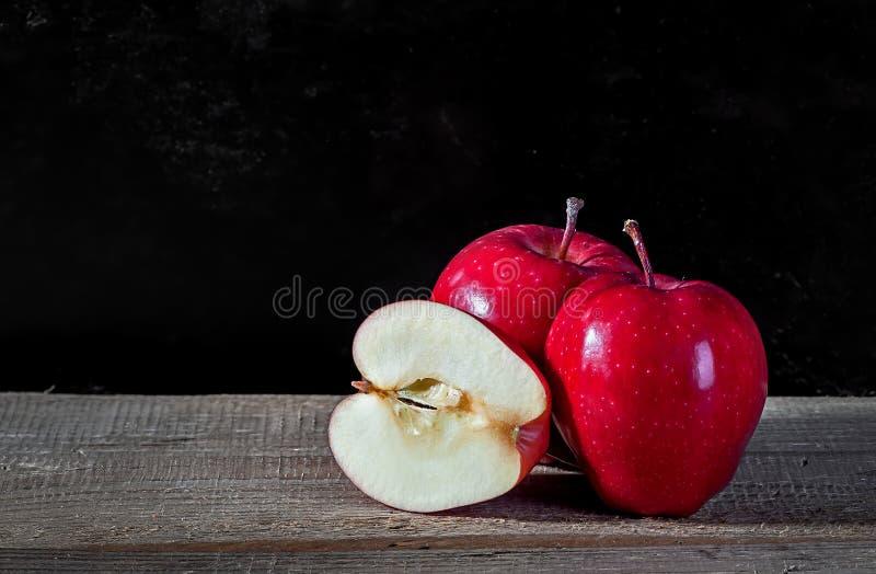 Ganzes und Schnitt in halbem Apple lizenzfreies stockfoto