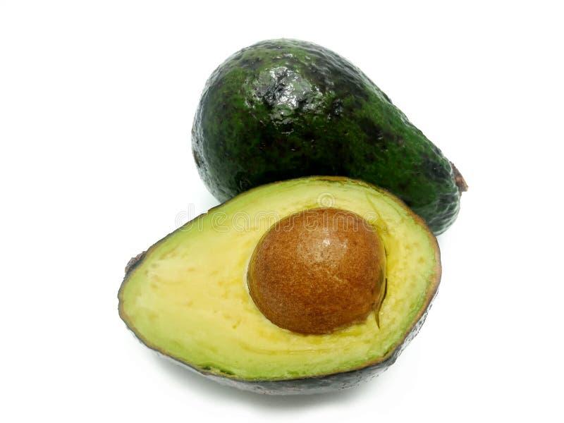 Ganzes und Schnitt zur H?lfte der Avocado lokalisiert auf wei?em Hintergrund lizenzfreie stockfotos