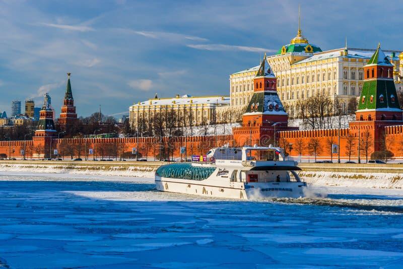 Ganzjähriges touristisches Flussschiffahrt in Moskau lizenzfreie stockfotografie