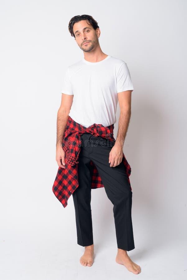 Ganzkörperaufnahme eines handlichen Hispanic Hipster-Mannes stockbild