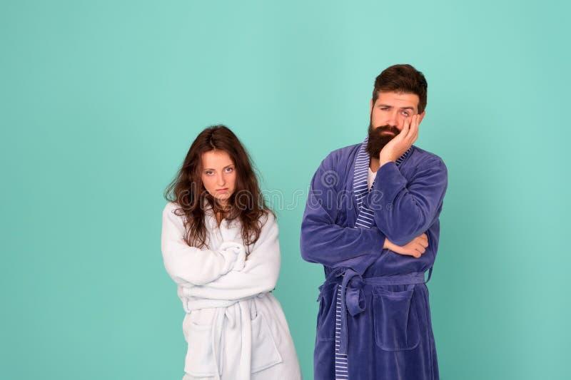 Ganztägige Schlafanzüge Sleepy people blue background Paare in Liebesbänken Schläfrig und morgens schwach Morgenprogramm stockbild