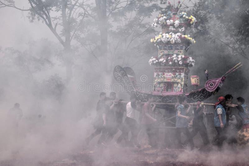 """GAOZHOU, PORCELANOWY †OKOŁO MARZEC 2019 """": Nian Li Chiny, unikalny tradycyjny festiwal trzyma w zachodzie prowincja guangdong zdjęcia stock"""