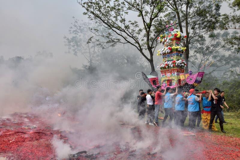 """GAOZHOU, PORCELANOWY †OKOŁO MARZEC 2019 """": Nian Li Chiny, unikalny tradycyjny festiwal trzyma w zachodzie prowincja guangdong zdjęcie royalty free"""