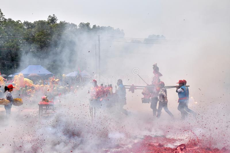 """GAOZHOU, PORCELANOWY †OKOŁO MARZEC 2019 """": Nian Li Chiny, unikalny tradycyjny festiwal trzyma w zachodzie prowincja guangdong zdjęcie stock"""