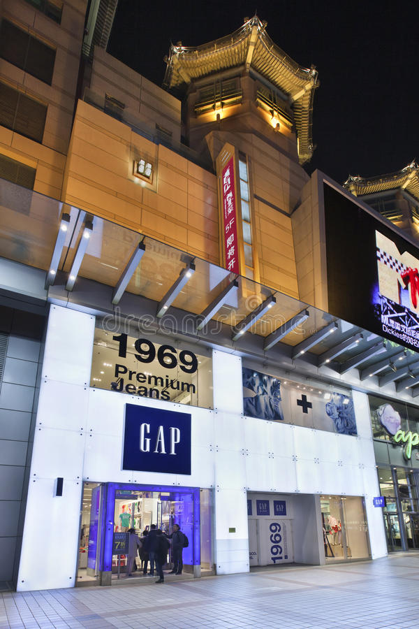 Gap-afzet in Wangfujing-straat bij nacht, Peking, China royalty-vrije stock foto's