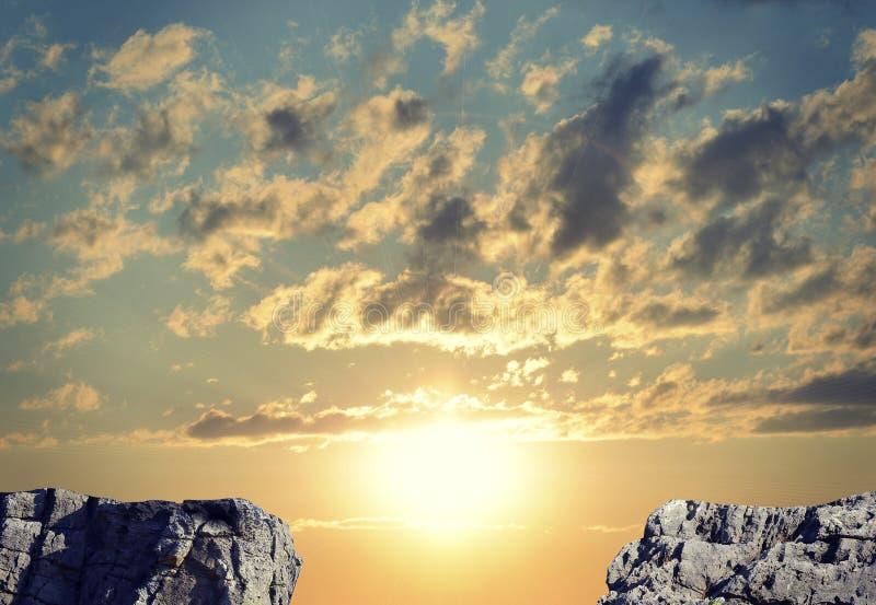 Gap dans la voie rocheuse ou abîme entre deux roches photo stock
