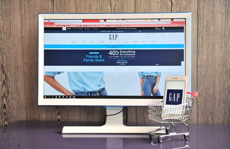 löparskor breda sorter fabriker Gap Logo In Mobile Phone And Website On Monitor Editorial Photo ...