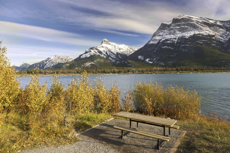 Gap område för sjöpicknick och snöig dal Alberta Foothills för pilbåge för bergmaxima arkivfoton