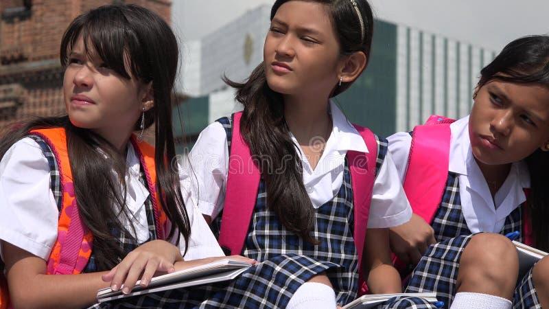 Gapiowscy Różnorodni Żeńscy ucznie Jest ubranym mundurki szkolnych obrazy royalty free