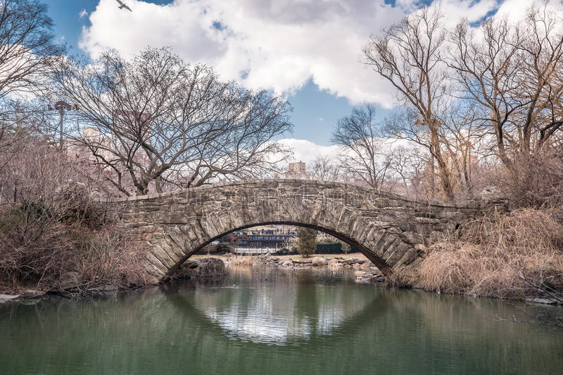 Gapstow bro i den tidiga våren, Central Park, New York City arkivbild