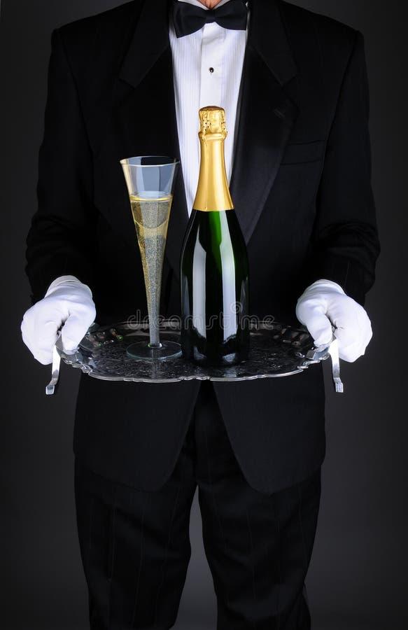 Garçom com Champagne na bandeja imagem de stock