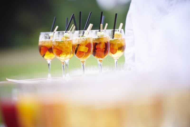 Garçom com uma bandeja de cocktail foto de stock