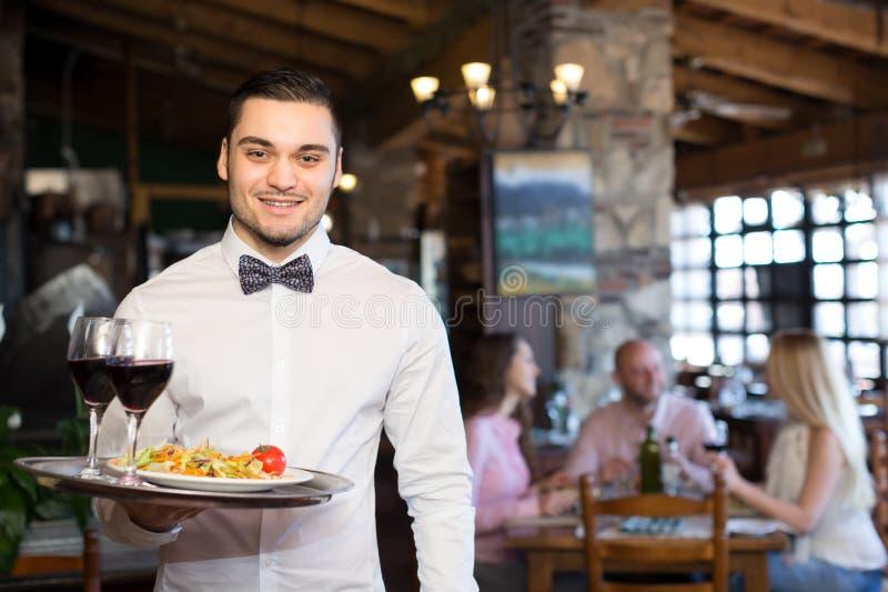 Garçom considerável em um restaurante imagem de stock