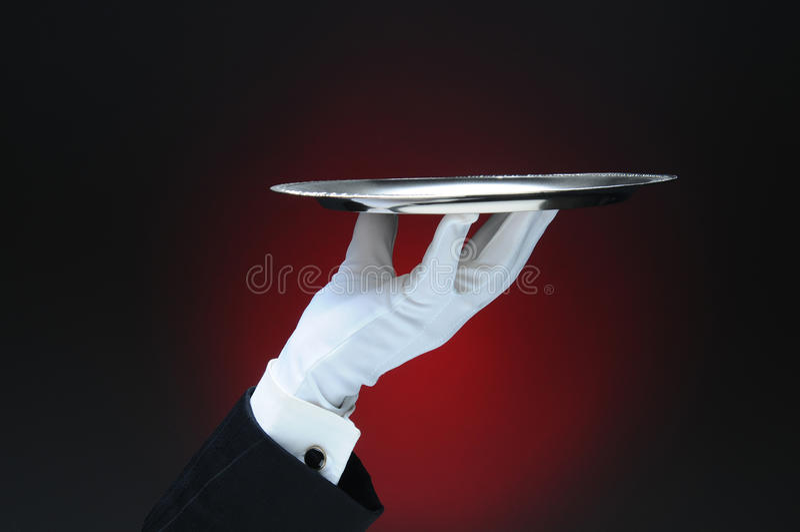 Garçom Holding uma bandeja de prata do serviço em suas pontas do dedo foto de stock royalty free