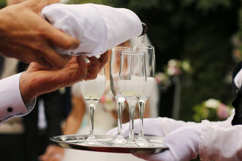 Garçom Pouring Champagne Into Glasses imagens de stock royalty free