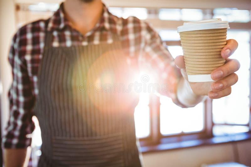 Garçom que cede um café imagens de stock royalty free