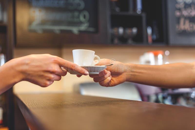 Garçom que dá a caneca de latte a um cliente imagem de stock royalty free