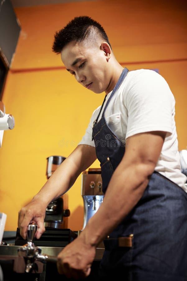 Gar?om que faz um caf? imagens de stock royalty free