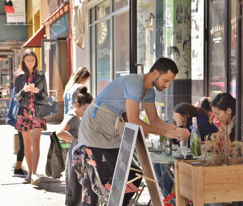 Garçom Working em New York City Café imagens de stock royalty free