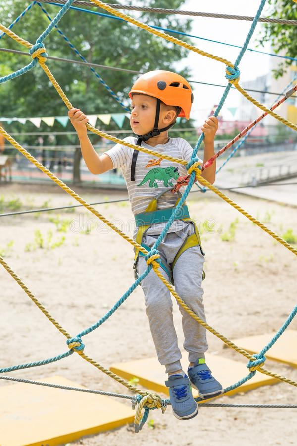 Garçon à l'activité s'élevante en corde raide Forest Park La benne suspendue de montagne de Tableau badine le special dessus enco photo libre de droits