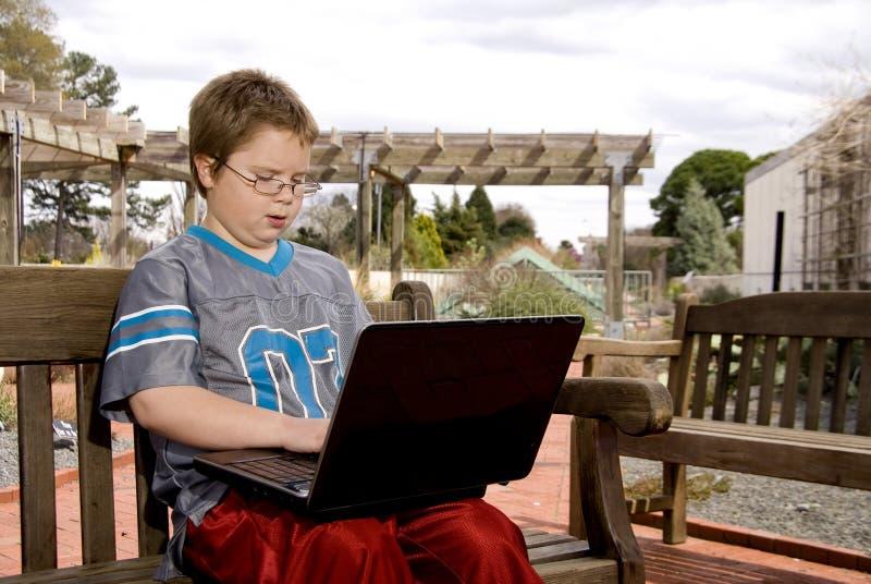 Garçon à l'aide d'un ordinateur photo libre de droits