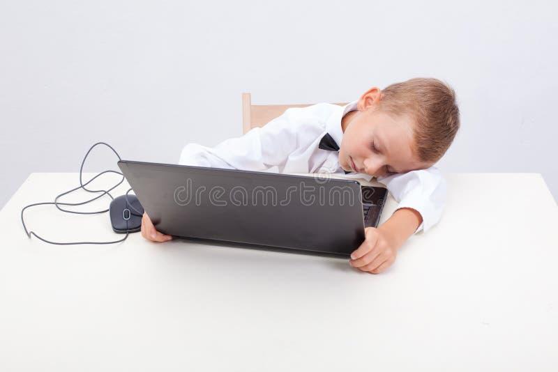 Garçon à l'aide de son ordinateur portable photographie stock libre de droits