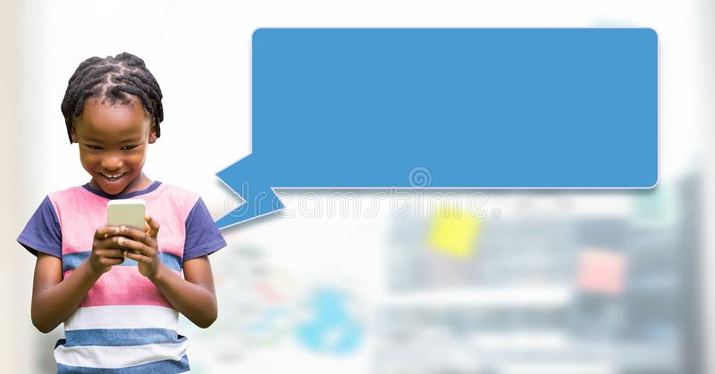Garçon à l'aide du téléphone avec le profil de transmission de messages de bulle de causerie photographie stock