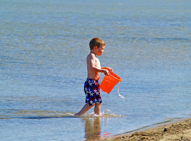 Garçon à la plage image stock