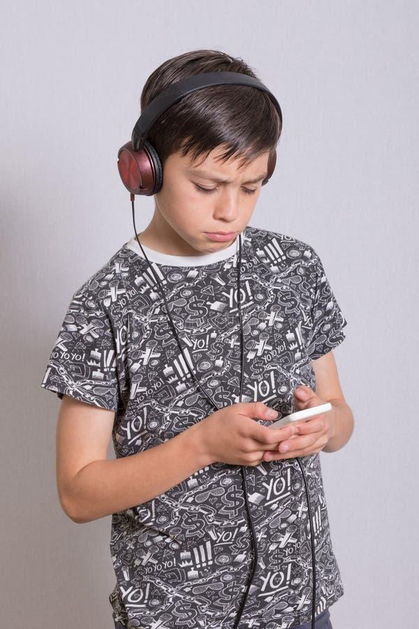Garçon écoutant la musique photos libres de droits