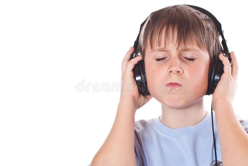 Garçon écoutant la musique avec des écouteurs photo stock