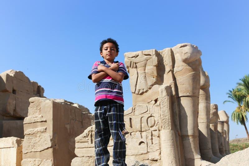 Garçon égyptien au temple de Karnak à Louxor - l'Egypte images stock